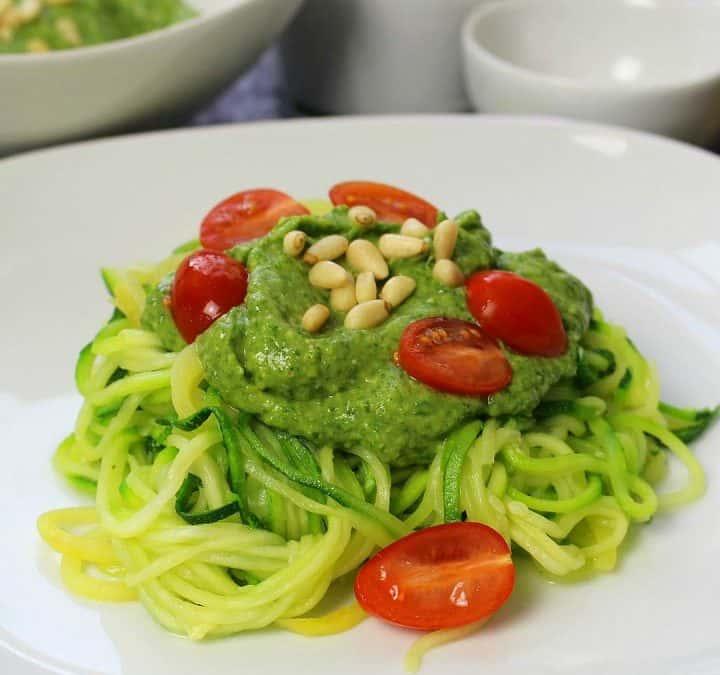 Zucchini Spaghetti mit Avocado Pesto
