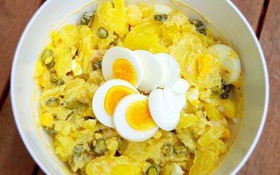 Kartoffelsalat mit Mayonnaise, Eiern und Gewürzgurken